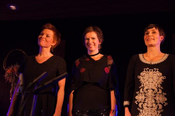 Linn Andrea Fuglseth, Berit Opheim og Anna Maria Friman i Trio Mediæval fylte Osasalen og hjarta våre med vakker song på opningskvelden.
