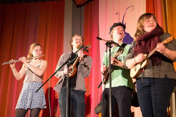 Torunn Slettemark Hovden, Magnus Øydvin, Hans Mihkel Vares og Rikke Christine Hansen følgjer med frå høgre side av scena. (Foto: Audun Stokke Hole)