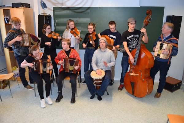 Hele klassen foran tavla, med lærer Tom Willy Rustad til høyre.