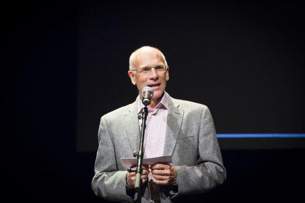 Per Øyvind Tveiten, styreleiar i FolkOrg, under utdelinga av Folkelarm-prisane 2015 på Riksscenen i Oslo. (Foto: Runhild Heggem)