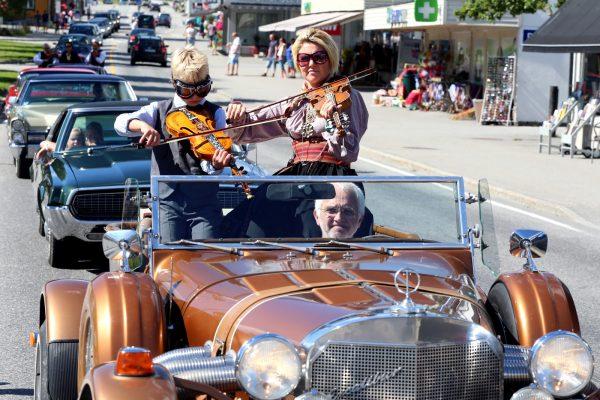 Tre gonger har Telemarkfestivalen arrangert parade med amerikanske bilar som spelemannen Anund Roheim tok med seg over Dammen til heimbygda. Her frå paraden i 2015. (Foto: Knut Utler)