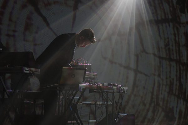 Benjamin Mørk i aksjon under premieren på Anføttes, på Festspillene i Nord-Norge søndag 19. juni 2016. (Foto: Renate Jensen)
