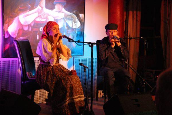 Russiske Olkhon Gate Duo består av Irina Bogatyryova fra Moskva og Vladimir Markov fra Irkutsk. Her spiller de på fredagskonserten på munnharpefestivalen.